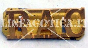GB METAL SHOULDER TITLE RAC ROYAL ARMOURED CORPS ORIGINALE